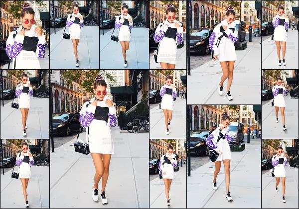- 15.09.16'─' Notre Bella Hadid arrivait à l'appartement de sa grande s½ur Gigi Hadid, dans la ville de New-York ![/s#00000ize]Après le défilé très loufoque de Marc Jacobs, il semblerait qu'elle ait un peu de répit avec cette fashion-week chargée... La tenue décontractée de mise. -