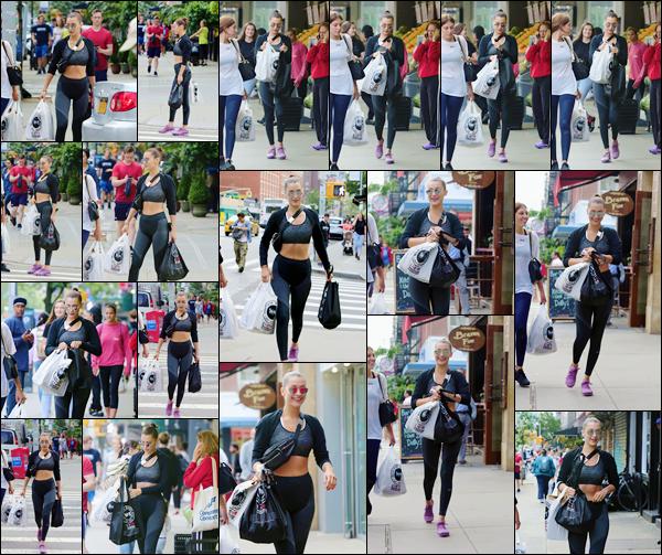 - -'25.07.17'-''─''Bella Hadid quittait le grand « Westside Market » après y avoir fait des courses dans New York.[/s#00000ize]Dernièrement, Bella Hadid semble visiblement adepte des tenues sportives. C'est décontracté et confortable pour la belle, mais elle a déjà fait bien mieux. -