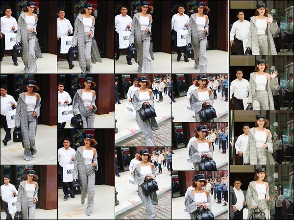 - ''05.06.17'-''─''Sous le soleil, Bella Hadid quittait l'appartement de sa grande s½ur Gigi Hadid à Manhattan ![/s#00000ize]La Fashion-Week approche à grand pas ! Bella a été vue en arrivant à l'hôtel « The Mercer » le même jour, et qui se trouve toujours dans Manhattan... -