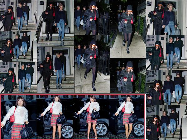 - ''06.06.17'-''─''Bella Hadid quittait un appartement avec sa mère Yolanda et sa s½ur Gigi Hadid, à New York ![/s#00000ize]Les trois femmes de la famille étant réunies, c'est néanmoins un flop pour la tenue de Bella ! La veille, celle-ci a été aperçue en rentrant chez sa s½ur G. -