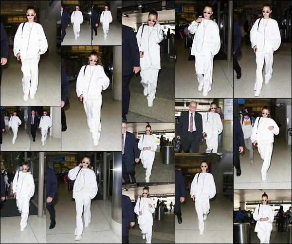 - ''21.06.17'-''─''Bella Hadid a été photographiée en arrivant à l'aéroport international de « LAX » à Los Angeles[/s#00000ize]Une tenue et coiffure décontractées sont de mise pour cette sortie où B. nous ressort l'ensemble total white. Vole-t-elle en direction de la Fashion-Week ? -