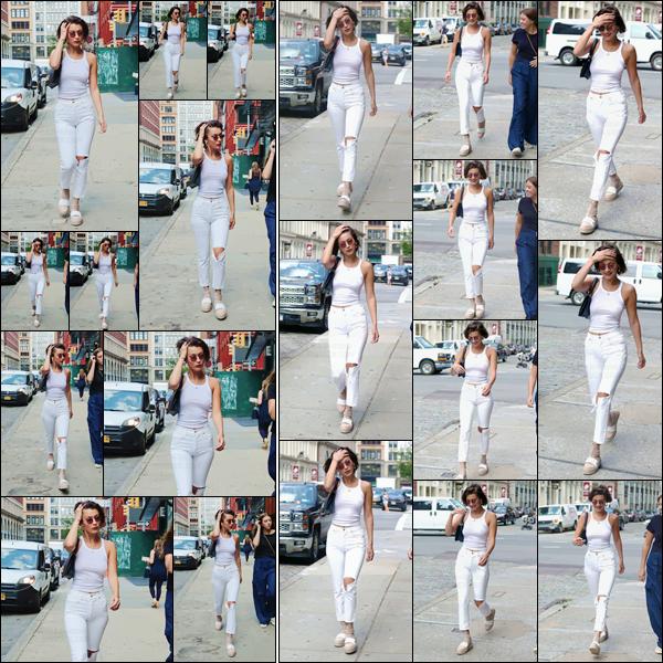 - -'17.07.17'-''─''Bella Hadid se promenait dans les rues de la Grosse Pomme, en compagnie d'une de ses amies ![/s#00000ize]Après une semaine de vacances sur l'île de Mykonos en Grèce, la jolie brune est de retour aux États-Unis, dans un look total white qui lui va assez bien... -