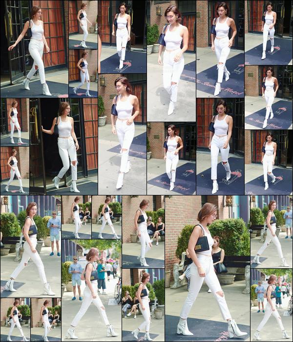 - -'17.07.17'-''─''Un peu plus tard, miss Bella Hadid quittait l'hôtel « The Bowery » se trouvant à New York City ![/s#00000ize]Toujours en compagnie de son amie,  et toute sourire, la belle mannequin se dirigeait vers une voiture pour quitter les lieux du luxueux hôtel newyorkais. -