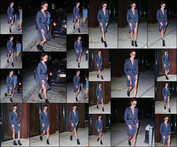 - -'17.07.17'-''─''Puis en soirée, Bella Hadid quittait l'appartement de sa grande s½ur Jelena Hadid à Manhattan.[/s#00000ize]Bella a opté cette fois-ci pour une tenue différente et plus sombre que la précédente, et qui lui va assez bien en somme. Est-ce un top ou flop pour BH ? -