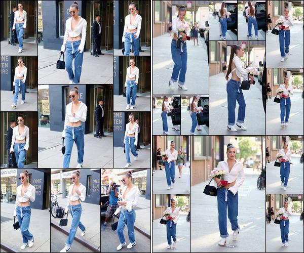 - -'18.07.17'-''─''Bella H. quittait son appartement à Manathan pour se rendre dans les locaux du « Milk Studio »[/s#00000ize]C'est toute maquillée, des extensions dans les cheveux et un bouquet de fleurs dans les bras que Bella Hadid quittait les lieux d'un nouveau photoshoot ! -