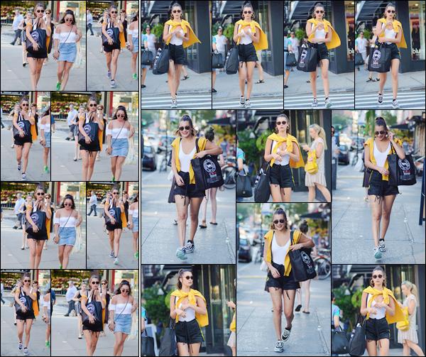 - '-23/08/17-'''✈''Bella Hadid a été aperçue en quittant le « Westside Market » avec une amie à New York City ! Toujours dans la même tenue, notre mannequin a fait quelques courses. Pour ensuite rentrer à son appartement à Manhattan, les bras bien chargés ... -
