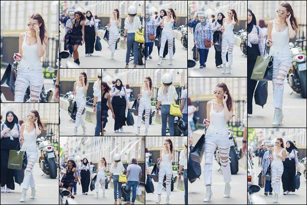 - 08/07/16 ─ Miss Bella Hadid a été photographiée alors qu'elle se promenait dans les rues à Paris en France.La fashion week est terminée pour la jeune mannequin, elle a été photographiée dans une tenue très simple - que j'aime beaucoup, donnez vos avis ?-