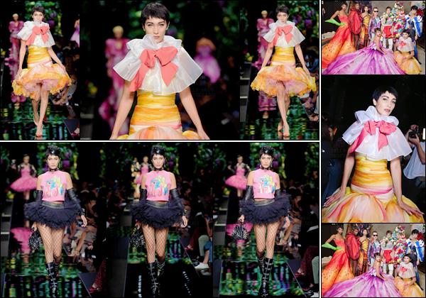 -'-21/09/17-'''✈''Bella Hadid défilait pour la nouvelle collection de « Moschino » à la Fashion-Week 2018 à Milan. Comme d'habitude, les collections de la marque sont déjantées et colorées ! Pour ma part mon avis ne change pas : toujours aussi immondes les tenues.-