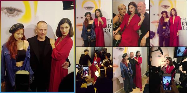 -'-18/10/17-'''✈''Bella Hadid était au lancement de l'exposition « Dior's : The Art of Color » dans la ville de Séoul. Notre baby Bels s'est donc envolée pour la Corée du Sud dernièrement. Lors de l'événement, elle a pris la pose avec la belle chanteuse de k-pop, Hyuna !-
