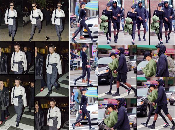 '- '- 08/11/17 -'''◊''Bella Hadid arrivait en soirée à son appartement, qui se trouve dans le quartier de Manhattan. Les sorties de Bella Hadid se font un peu plus rares ces derniers jours... Bella portait évidemment une tenue, qui reflète totalement son style bien à elle.-