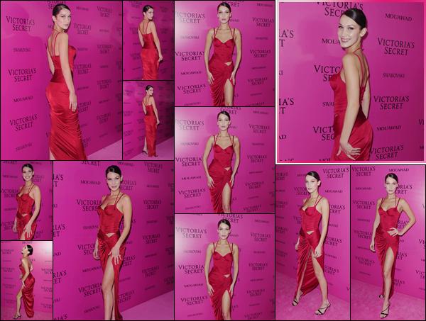 '- '- 20/11/17 -'''◊''Bella Hadid arrivait à l'after-party du « Victoria's Secret Fashion Show » à Shanghai, en Chine. Comme à chaque fin de défilé, les mannequins viennent prendre la pose sur le tapis rose de l'after-party, où B. Hadid a opté pour du rouge. Un gros top.-