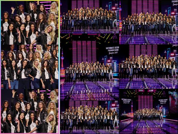 '- '- 18/11/17 -'''◊''Bella Hadid était au photocall du défilé « Victoria's Secret » à l'aréna Mercedes-Benz, en Chine. Bella H. ainsi que tous les anges de Victoria's Secret pour le défilé de cette année, ont pris la pose sur le podium de l'événement à venir dans deux jours !-