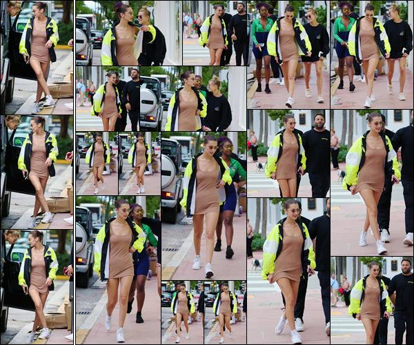 '- '- 27/11/17 -'''◊''Isabella Hadid se rendait à la boutique « Kith Treats » avec Hailey Baldwin, dans Miami Beach. C'est dans une tenue plus légère que nous retrouvons Bella en direction de la boutique de confiserie, toujours accompagnée d'Hailey et de Justine Skye !-