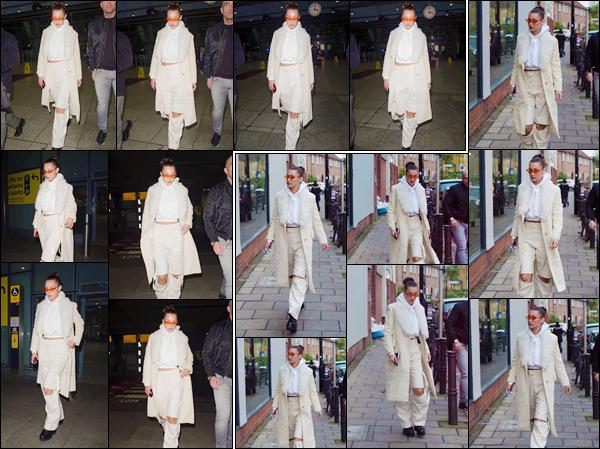 '- '- 07/12/17 -'''◊''Bella Hadid arrivait à l'aéroport international anglais « Heathrow » qui se trouve dans Londres. Après son arrivée très remarqué par les photographes à l'aéroport, la mannequin a aussi été aperçue alors qu'elle se baladait dans la ville anglaise. Top !-