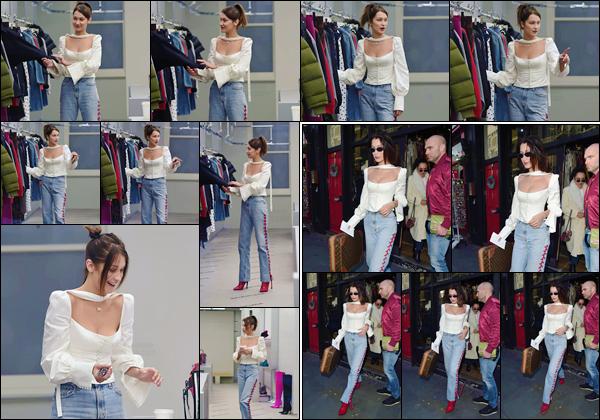 '- '- 08/12/17 -'''◊''Bella Hadid s'est rendue à la boutique de designer de « Balenciaga » dans la ville de Londres. La belle brunette a donc été photographiée dans la boutique et bien évidemment, en quittant les lieux avec les mains chargées. Un joli top pour Bella H.-