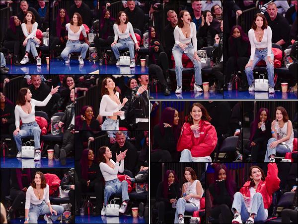 '- '-•-12/12/17 -'''─''Bella Hadid assistait à un match de basket des « Lakers VS Knicks » avec Justine Skye, dans New York. Bella H. semblait suivre attentivement le match de basket et c'est peu dire qu'elle était assez intense pendant ce match. Et côté tenue, c'est un petit top.-