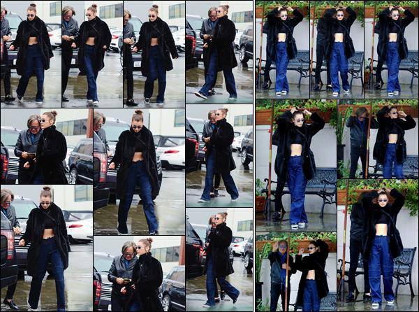 '- '-▬-09/01/18 -' : Bella Hadid arrivait au restaurant « Il Pastaio » avec son papa Mohammed dans Beverly Hills. C'est une Bels rayonnante et souriante en compagnie de son papa, que nous retrouvons lors de cette sortie de jour. C'est encore une tenue décontractée.-