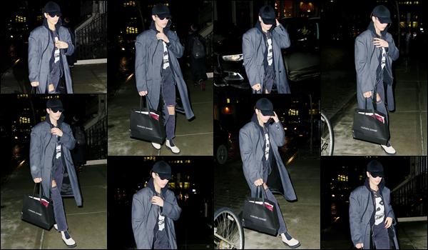 '- '-▬-11/01/18 -' : Bella Hadid se dirigeait vers l'appartement de sa grande s½ur, Gigi Hadid, situé à Manhattan. Toute vêtue de noir et un sac à la main, c'est comme ça que Bella a été photographiée en arrivant chez sa s½ur, pour se préparer pour un événement...-