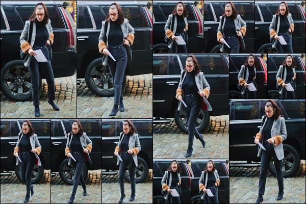 '- '-▬-12/01/18 -' : Bella Hadid arrivait à l'appartement de sa grande s½ur Gigi Hadid, dans le coin de Manhattan. Toute souriante, la belle quittait sa voiture avec chauffeur pour se rendre chez son aînée. Ce genre de sorties risque de se succéder pour les deux s½urs.-