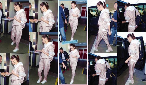 '- '-◊-16/02/18-' : Bella Hadid arrivait dans l'aéroport international de « LAX » dans la ville de Los Angeles, CA. Serait-il possible que Bella Hadid passe son tour lors de la Fashion-Week qui a commencé en Angleterre, particulièrement à Londres ? Affaire à suivre...-