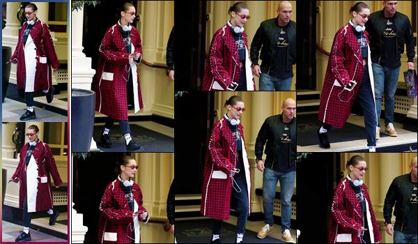 '- '-◊-20/02/18-' : Bella Hadid a été photographiée alors qu'elle quittait son hôtel, situé dans la ville de Londres. Bella Hadid dit au revoir à l'Angleterre puisqu'elle s'est ensuite rendue à Heathrow pour se rendre à Milan en Italie : pour la semaine de la Fashion-Week.-