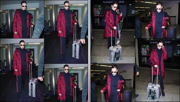 '- ''-12/03/18-' • Bella Hadid arrivait à l'aéroport international « LAX » se trouvant dans la ville de Los Angeles. Bella Hadid ne semble visiblement pas tenir en place, après avoir passé quelques jours das la ville de New York. Niveau tenue, gros bof !-