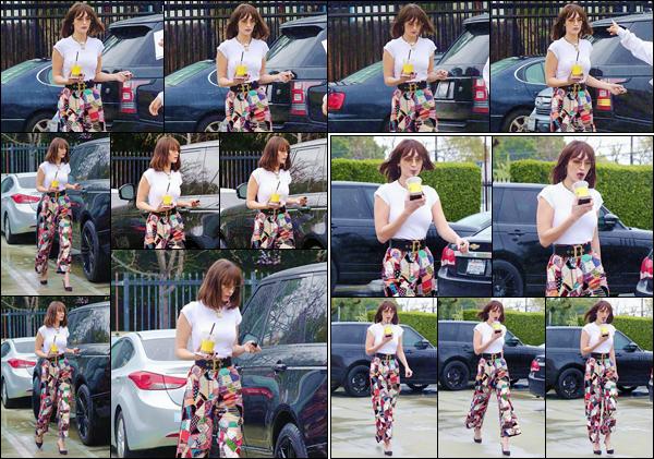 '- ''-13/03/18-' • Bella Hadid quittait l'hôtel « The London West Hollywood » et qui est localisé dans Beverly Hills. C'est en compagnie de ses amies, Bella Hadid quittait l'hôtel en question, pour ensuite rejoindre sa voiture, dans le parking. Un gros top !-
