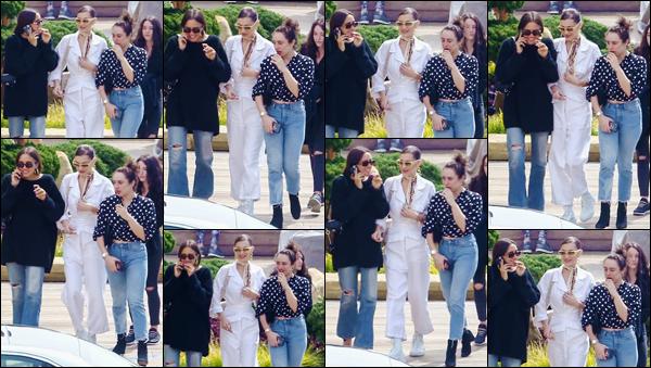 '- '''16/03/18-' • Bella Hadid se rendait au restaurant japonais « Nobu » avec ses amies, se trouvant dans Malibu. Bien proche de sa bande de copines, Bella Hadid s'est rendue au restaurant d'origine japonais, vêtue en blanc : de la tête jusqu'aux pieds.-