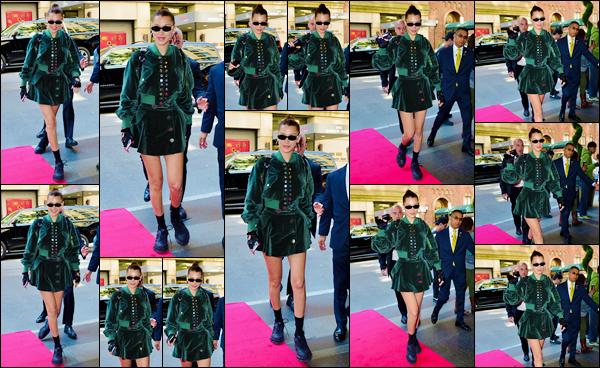 - ''•-07/05/18-' : Bella Hadid arrivait devant le « The Carlyle Hotel », qui se trouve situé dans la ville de New York. Bels Hadid sera parmi la liste des invités du célèbre événement du « MET Gala » au Metropolitan Museum of Art dans la ville de New York. -