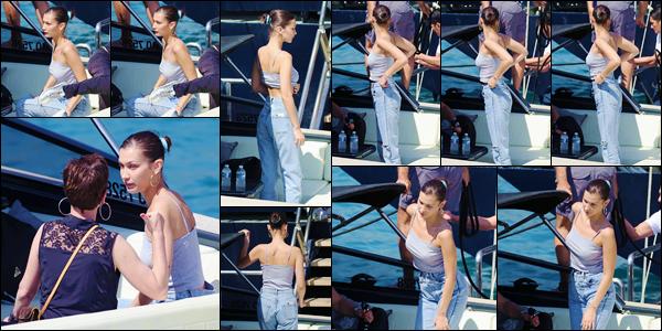 - ''•-25/05/18-' : Bella Hadid a été photographiée, en se trouvant sur un bateau, amarré dans la ville de Monaco. Bella Hadid est bel et bien de retour en France, cette fois-ci à l'occasion du grand prix de Formule 1, tout comme l'an dernier. Pour sa tenue, un petit bof. -