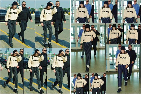 - ''•-17/06/18-' : Bella Hadid se rendait à l'aéroport international de « Malpensa » se trouvant dans Milan, Italie. En ce jour de la fête des pères, notre belle brune rentre finalement chez elle, vêtue d'un pull signé par la prestigieuse marque de haute couture Chanel ! -