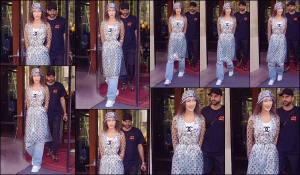 - '-• 27/09/18-''─ Bella Hadid a été aperçue en quittant l'hôtel « Le Royal Monceau », situé dans la ville de Paris. Dans le cadre de la Fashion-Week 2019 de Paris, la Baby Bels a défilé sur le podium de la collection de « Off-White » avec Kendall Jenner. -