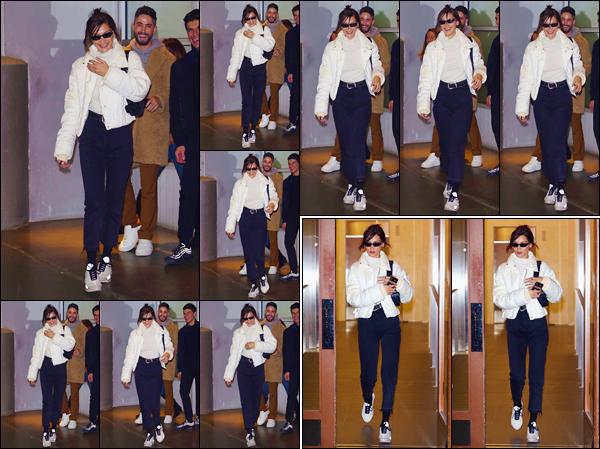 - '-• 22/10/18-''─ Bella Hadid quittait les lieux de son agence aux « Pier 59 Studios », dans la ville de New York. La jeune femme étant de retour dans la Grosse Pomme, s'est rendue à un rendez-vous avec son agence de mannequinat « IMG Models ». -