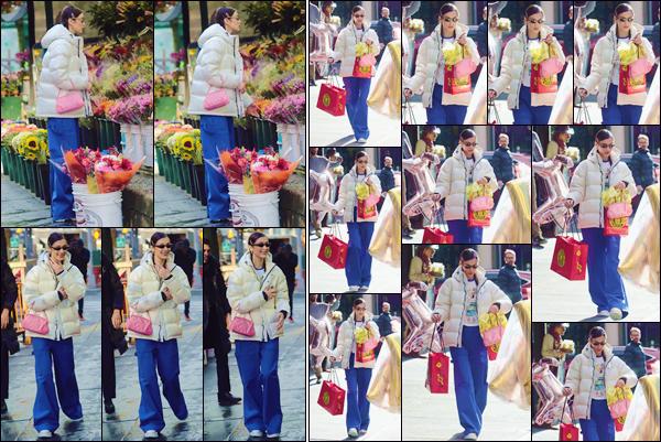 - '-• 16/11/18-''─ Bella Hadid se rendait à la boutique de décoration « Balloon Saloon » dans la ville de New York. Visiblement, Bella H. était en pleine préparation d'une soirée d'anniversaire pour l'une de ses amies puisqu'elle est passée chez le fleuriste. -