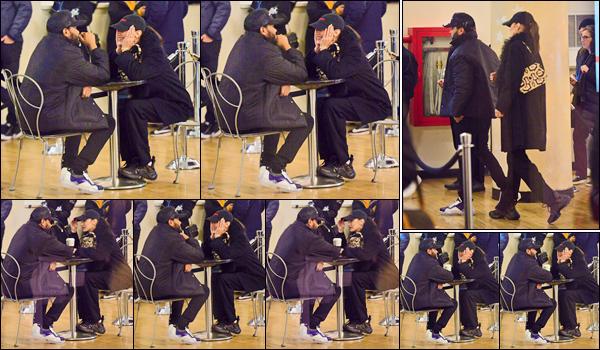 - '-• 30/12/18-''─ Bella Hadid a été photographiée en compagnie d'Abel dans un cinéma de la ville de New York. Le couple a décidé de rester en toute simplicité pendant cette période des festivités : tous les deux dans des tenues noires décontractées. -