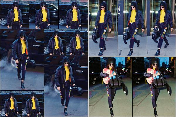 - ''•-16/12/16-' : Bella Hadid défilait retournait à son appartement, qui se trouve dans le quartier de Manhattan. De retour de France après le grand défilé, et se faisant très discrète, nous avons enfin une sortie de la belle brunette. C'est un petit top. -