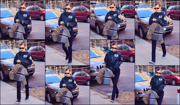 - '-• 10/02/19-''─ Bella Hadid a été photographiée alors qu'elle se trouvait dans les rues de la ville de New York. Cette fois-ci, Bella Hadid défilait sur le podium de la marque « Prabal Gurung » dans une longue robe noire, à l'occasion de la NYFW 2019. -