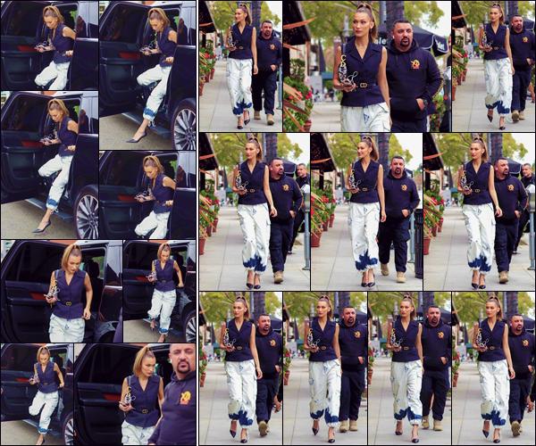 - '-• 08/05/19-''─ Bella Hadid a été photographiée alors qu'elle se trouvait dans la rues de la ville de Los Angeles. Après s'être rendue dans les Milk Studios de la Cité des Anges, la jolie mannequin a été aperçue en se baladant dans la ville. Un gros top ! -