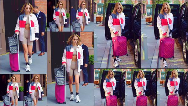 """- """"•-25/07/19-─"""": Bella Hadid a été photographiée en quittant son appartement, localisé sur l'île de Manhattan. Avec sa valise à la main, la belle brunette est affublée d'une tenue décontractée, en prévision d'une petite visite à l'aéroport new-yorkais ! -"""