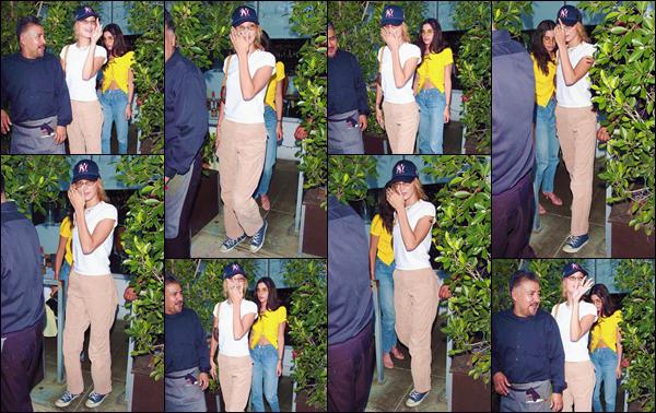 """- """"•-13/08/19-─"""": Bella Hadid quittait le restaurant japonais « E Baldi », avec plusieurs amies dans Beverly Hills. À nouveau, la mannequin s'offre une virée en décapotable, avec ses plus proches amies. Néanmoins, niveau tenue, c'est un immense flop. -"""