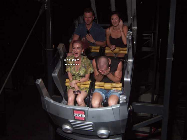 24 Août 2011 - Katy et ses amis au parc d'attraction « Six Flags Great America » à Gurnee, Chicago.
