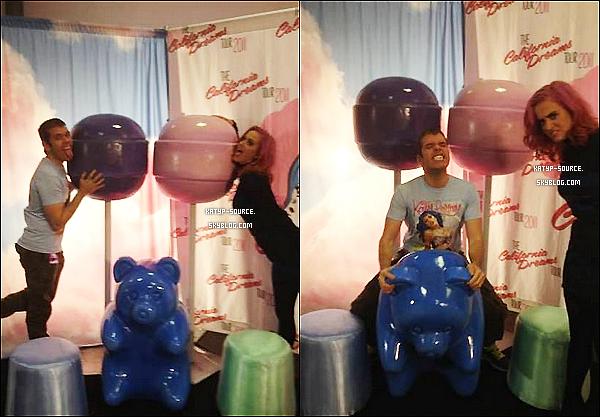 Perez Hilton a rendu - un jour - visite à Katy Perry dans les coulisses du « California Dreams Tour » ... !