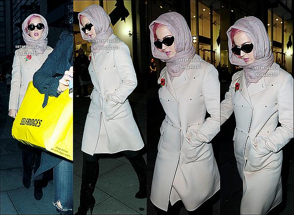 31/10/11: Katy Perry se promenant du jour comme la nuit, dans les rues de Manchester en Angleterre.