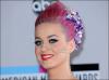 """Katy Perry : Elle crée une gamme de faux-cils !  En plein divorce avec Russell Brand, Katy Perry trouve même le temps de penser à notre beauté ! La chanteuse s'apprête à lancer en partenariat avec la marque Eyelure, une gamme de faux-cils ! Afficher un regard de biche grâce à Katy Perry : ce sera bientôt possible ! Après avoir sorti deux parfums, elle se lance dans une collection de faux-cils. Conçue en partenariat avec la marque Eyelure, cette collection sera lancée dès le mois de février, se réjouit la société sur Twitter. . Et la chanteuse ne s'est pas contentée de prêter son nom et son image à cette gamme qui proposera quatre différents types de faux-cils. Elle aurait grandement participé à son développement. """"En tant qu'amatrice de faux cils, Katy avait une idée très claire de ce qu'elle voulait réaliser et elle s'est impliquée dans toutes les phases du développement"""" affirme un porte-parole d'Eyelure au site Hollywoodlife.  C'est dans les boutiques et sur le site Internet d'Ulta Beauty que les faux-cils de Katy Perry seront vendus. Nous offriront-ils le beau regard intense affiché par la chanteuse sur tous les tapis rouges qu'elle foule ?"""