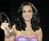 Katy Perry gagne 5 awards aux People's Choice Awards 2012 !   Alors qu'elle avait décidé quelques jours auparavant de ne pas assister aux célèbre show, Katy Perry a triomphé hier soir aux People's Choice Awards 2012 en remportant 5 trophées sur 7 nominations. Voici un résumé de ces awards: Invitée dans une série : How I Met Your Mother - Meilleure chanteuse - Chanson de l'année : E.T. - Meilleure clip : Last Friday Night - Meilleure tournée. Qu'en pensez vous? C'est awards sont t'il mérite ?  .