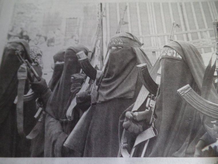 Femmes voilées en armes