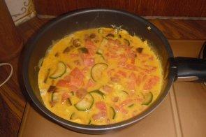 Omelette de courgettes à la tomate et aux lardons