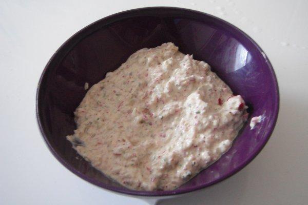 Tartinade de radis rose sur pain au céréales grillé
