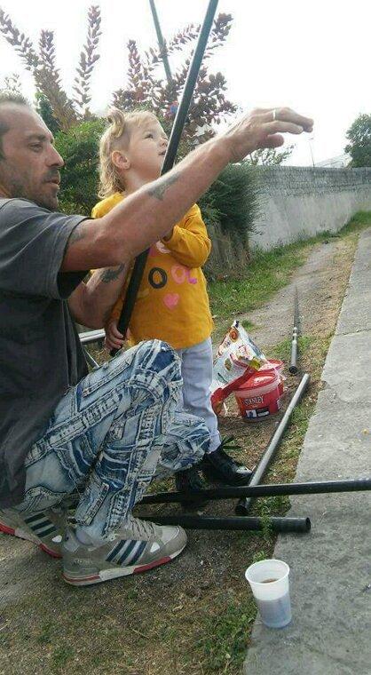 Lili a la pêche avec papi