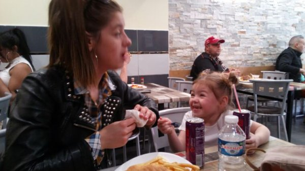 Lili et sa maman au kebab